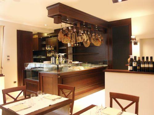 Arredamenti ristoranti su misura progettazione e for Arredamento per bar ristorante